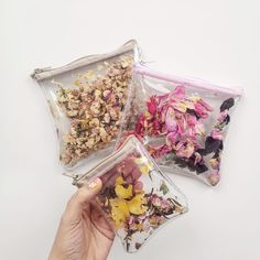 Diy Fashion Accessories, Diy Crafts Hacks, Diy Purse, Clear Bags, Unique Bags, Vinyl, Clothing Patterns, Dried Flowers, Purses And Bags