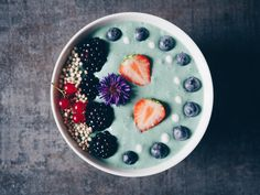 Turquoise Smoothie Bowl | Spirulina | breakfast | Rainbow | Berries | Coconut Yoghurt | Food Styling | Food photography