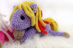 Free crochet pattern colorful horses to play, hug and love! Free crochet pattern colorful horses to play, hug and love! Material: crochet hook No. crochet thread / s. Crochet Motifs, Crochet Toys Patterns, Thread Crochet, Crochet Hooks, Christmas Mood, A Christmas Story, Crochet Gratis, Free Crochet, Colored Rope