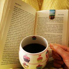 Yatakta kahve ve kitap keyfi