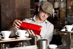 Rent a Barista ganz Deutschland - Barrista füllt Kaffee ab