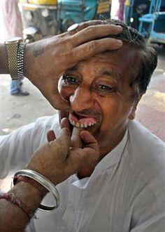 Roadside dentist carves dentures to order in India - PhotoBlog #dentist