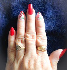 decoración #Uñas en color #Rojo #Flores blanco, verde y rojo Class Ring, White People, Green, Flowers