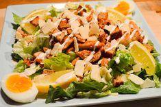Pääsiäisenä voit syödä myös salaattia. Rapeat kaurakrutongit Uotilan KultaKaura-leivästä kruunaavat Caesarsalaatin. Cobb Salad, Food, Eten, Meals, Diet