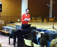 El professor Enric Calabuig presentant l'audició de piano (25-3-2013).