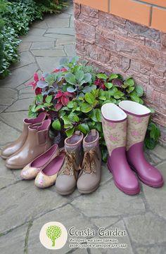 GardenGirl – эксклюзивная коллекция стильной практичной одежды и обуви для сада, загородной жизни и отдыха на природе! [L] Fashion Bags, Fashion Shoes, French Country Exterior, Texas Landscaping, Farming Life, Marca Personal, Garden Gifts, Outdoor Outfit, Dungarees