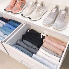 pilage marie kondo rangement des vetements et baskets dans le commode methode konmari Wardrobe Organisation, Closet Organization, Bathroom Organisation, Dresser Drawer Organization, Clothing Organization, How To Fold Shorts, Organiser Son Dressing, Organizar Closet, Diy Rangement