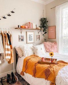 Quarto Tumblr: +80 Projetos de Decoração para Usar em 2020 Bedroom Decor For Couples, Home Decor Bedroom, Diy Room Decor, Cozy Bedroom, 70s Bedroom, Bedroom Inspo, Entryway Decor, Bedroom Orange, Aesthetic Rooms