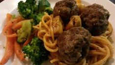 Meat Balls & Spaghetti {Higher fibre make-over} - Kelly Francis : Registered Dietitian Homemade Hummus, Homemade Pasta, Whole Wheat Spaghetti, How To Peel Tomatoes, Small Desserts, No Sugar Foods, Cook At Home, Healthy Recipes