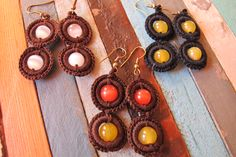PRECIO: 8€. Pendientes de ganchillo y piedra ojo de gato. Largo-4cm. Colores de hilo (marron, negro o gris)  y piedras (blanca, naranja, amarilla o verde) a elegir. Hechos a mano
