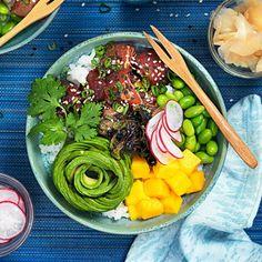 Glöm acai bowl, nu är det poké bowl som gäller om du vill vara trendig – och äta gott! Poké har sitt ursprung i hawaiiansk husmanskost, ordet betyder att dela eller skära itu. Rätten ser olika ut, men basen med ris, marinerad fisk och grönsaker är ofta densamma.