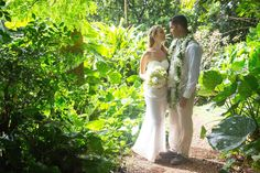 Surrounded by beauty and love. Have you ever been to a wedding on Maui?!