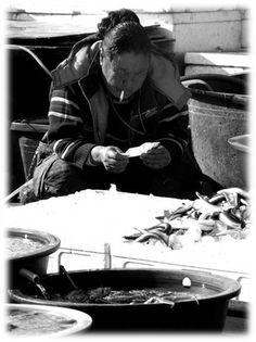 모든 편지의 내용이 아름답지만은 않다. 때로는 받고 싶지 않은 내용이 담긴 편지를 받을 때도 있다. 길거리에서 일하고 계신 한 여인의 고된 삶이 편지를 읽는 모습에서 드러난다. 사랑, 연애에 관련된 편지라기 보다는 고달픈 삶, 인생, 가족과 관련된 내용의 편지를 받은 듯 하다.