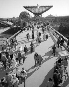 Description:Pont enjambant une lagune de l'île Notre-Dame à l'Expo 67.  Photographe: Gabor Szilasi Date: 1967 Cote: E6,S7,SS1,P672879  Lieu de conservation: BAnQ Vieux-Montréal Bibliothèque et Archives nationales du Québec   Voir la notice complète