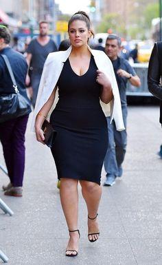 Mais um look que mostra o quanto estilo NÃO TEM NADA A VER com peso, tipo físico, idade, etc.. Basta ter!! A modelo Plus Size, Ashley Graham, é prova disso! Arrasou com o pretinho básico, blazer branco e sandálias de tiras.. Tudo o que eu falo aqui o tempo todo! Meninas, compartilhem e marquem as amigas que vivem reclamando do corpo curvilíneo! Tem vestido preto, plus size, aqui - http://buyerandbrand.com.br/mododeusarmoda/?bi=2puVjD5