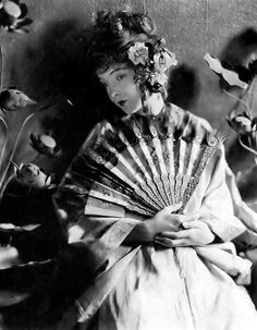 Lillian Gish, in a photo by James Abbe, promotion for silent film--'Broken Blossoms' Dorothy Gish, Lillian Gish, Geisha, Mae West, Martin Scorsese, Alfred Hitchcock, Stanley Kubrick, Silent Film Stars, Movie Stars