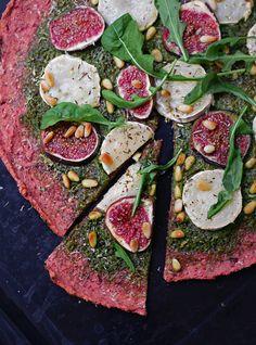 Aika kreisinnäköinen pizza, eikös!   Mahtava pinkki väri syntyy hyvin yksinkertaisella kikalla: lisämäällä pohjataikinaan pieneksi silput...