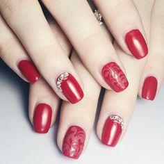 nail rosse, una manicure particolare realizzata con dei glitter e alcune  decorazioni