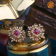 Jewelry Design Earrings, Gold Earrings Designs, Gold Jewellery Design, Stud Earrings, Gold Jewelry Simple, Stylish Jewelry, Jewelry Patterns, Lockets, Sparkle