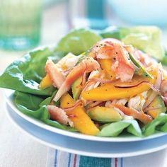 Настоящее крабовое мясо (покупаю почищенное и замороженное, а консервы тут все гадостные, ни разу на приличное крабовое мясо не наткнулась) манго авокадо листовой салат или шпинат тоненько порезанный красный лук  Заправка:  3 с л апельсинового сока + 1 с л сока лимона 1 с л меда 1 с л апельс. цедры 3 с л оливкового масла