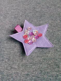 Spinka gwiazdka w kolorze fioletowym wykonana z filcu ozdobiona tiulem i cekinami. Wym 6,5cm, klips: krokodyl 4,5cm.