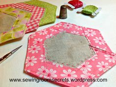 free pattern for hexagon coasters Hexagon Patchwork, Hexagon Pattern, Hexagon Quilt, Free Pattern, Cute Coasters, Fabric Coasters, Mug Rug Tutorial, Quilted Gifts, Mug Rug Patterns