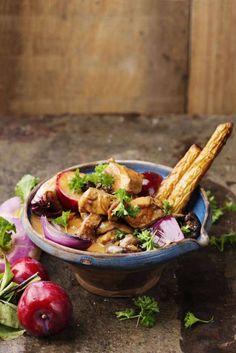 En härlig höstgryta med svamp och söta plommon. 1 Skär köttet i bitar, cirka 4x4 centimeter. Stek köttet i smör och olja i en stor gryta. Häll på buljongen och låt köttet koka tills det är mört, cirka 1 timme. Skumma av om det behövs. 2 Lägg i stjärnanis och timjan. Häll på grädden. Rör ut majsenan i lite kallt vatten och red av såsen. Skär rödlökarna i klyftor och stek dem i smör och olja. Lägg ner löken i grytan. 3 Ansa och stek svampen i smör och olja salt och peppra. Lägg ner svampen i…