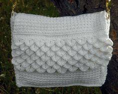 Ravelry: White Crocodile Purse pattern by Darlisa Riggs, link to free pattern