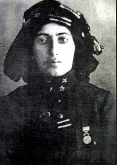 Kara Fatma aka Fatma Seher Erden, Warrior in the Turkish Army in the Turkish War for Independence. Led a unit of 750 people, including 42 women. Turkish War Of Independence, Independence War, Us Marine Corps, Us Marines, Turkey Pics, Oval Face Haircuts, Turkish Army, Turkish Soldiers, Anime Muslim
