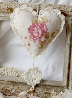 handmade Sachês De Coração! ... fabric sachet with crochet ...