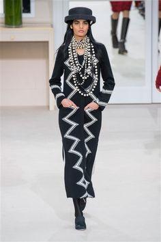 Chanel -Défilé Paris Automne-Hiver 2016-2017 Manteau long noir motifs blancs