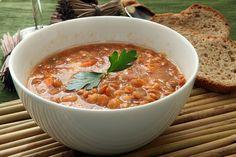 nku w którym będziemy gotować zupę, dodajemy pozostałe warzywa wraz z chili. Mniej więcej po 5 minutach dodajemy przepłukaną kaszę jaglaną, ...