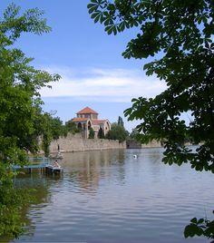 Tata. A vizek városát az ország legromantikusabb településének is szokás nevezni, köszönhetően gyönyörű tavának és tóparti sétányának, az egyedülálló vízi várnak, az Esterházy-kastélynak vagy épp a műromokkal tarkított vadregényes angolparknak. Tatán mindemellett egy hangulatos kis cukrászdát sem lesz nehéz találnotok. Different Countries, Homeland, My Dream, Mansions, Landscape, House Styles, Places, Dreams, City Landscape