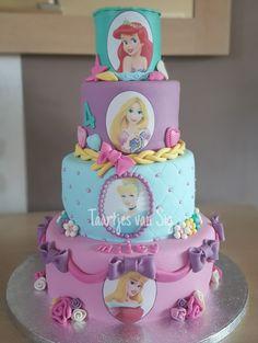 Taart met prinsessen en prinsessencupcakes.