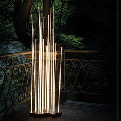 Reeds d'Artemide est un lampadaire d'extérieur à lumière diffuse utilisant des sources Leds.