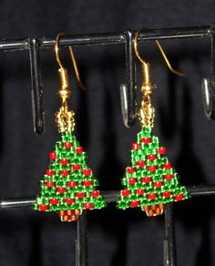Christmas Tree Beadwoven Dangle Earrings, Gold Lined Green and Opaque Dark Red Beaded Earrings Patterns, Seed Bead Patterns, Beading Patterns, Christmas Tree Earrings, Christmas Ornaments To Make, Seed Bead Jewelry, Jewelry Making Beads, Seed Beads, Bead Crafts