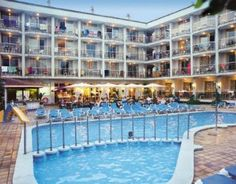 Aparthotel Miami Park is located in the centre of Calella and only a short walk from the beach. All rooms include air-conditioning, satellite TV, free Wi-Fi and a balcony or terrace.