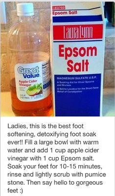 The best foot softening detoxifying foot soak ever! Beauty Care, Beauty Skin, Beauty Stuff, Diy Foot Soak, Foot Soaks, Beauty Secrets, Beauty Hacks, Foot Soak Vinegar, Foot Detox