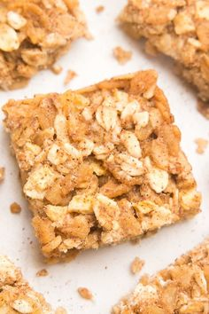 These healthy granola bars taste like apple pie! So easy, so good & just 30 calories! Perfect for grab-and-go snacks! These healthy granola bars taste like apple pie! So easy, so good & just 30 calories! Perfect for grab-and-go snacks! Granola Bites, Healthy Granola Bars, Muesli Bars, Homemade Granola Bars, Apple Recipes, Gourmet Recipes, Healthy Recipes, Healthy Desserts, Baking Recipes