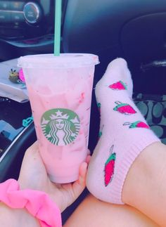 Image discovered by ♡ Bad Girl ♡. Find images and videos about yummy, starbucks and drinks on We Heart It - the app to get lost in what you love. Bebidas Do Starbucks, Secret Starbucks Drinks, Pink Starbucks, Starbucks Strawberry, Milk Shakes, Ft Tumblr, Tout Rose, Pink Socks, Pink Drinks