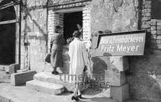 Bäckerei in einem zerstörten Haus in München, 1944 Timeline Classics/Timeline Images #Luftangriff #Bombadierung #Destruction #Bombing #Munich #Schutt