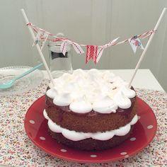 Almond, swiss meringue and red fruits cake. Tarta de almendras, merengue suizo y salsa de frutos rojos