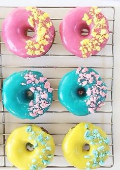 Donuts with color Cute Donuts, Mini Donuts, Baked Donuts, Doughnuts, Donut Pictures, Donut Images, Delicious Donuts, Delicious Desserts, Candy Birthday Cakes