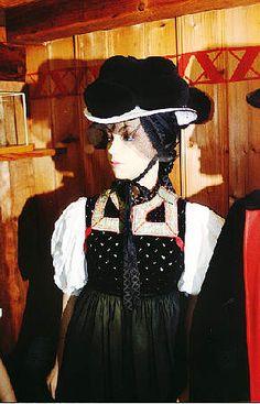Schwarzwälder Trachten  Gutacher Tracht im Schwarzwälder Freilichtmuseum Vogtsbauernhof  Verheiratete Frau mit schwarzem Bollenhut