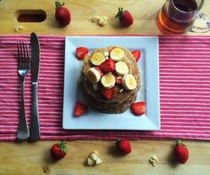 Healthy strawberry, banana and chia seed pancakes! Delicious and vegan, made with wholemeal flour and chia seeds. Try them today!