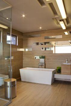 Trabalhar com concreto, vidro, aço e tomar um cuidado especial com a sala de estar eram as demandas dos clientes para esta casa, batizada de House Boz. Uti