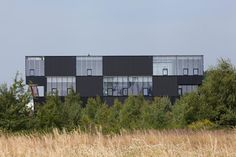 DEUSJEVOO  Deusjevoo is een ontmoetingsplaats waar designers en creatievelingen ideeën kunnen uitwisselen. Het gebouw bestaat voor de helft uit glas. Iedereen mag en kan zien wat we creëren.  Deusjevoo - Genk - A20 Architecten ©Philippe Van Gelooven