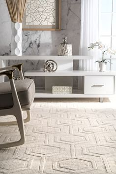 Bring in style and contemporary look to you décor with this hand-tufted wool rug. It has a beautiful embossed hexagon patterned, which enhances the depth of the room making it livelier.