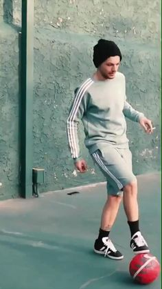 One Direction Quotes, One Direction Videos, Lou Le Film, Soccer Gifs, Video L, Louis Tomlinsom, Smol Bean, Bad Life, Football Gif