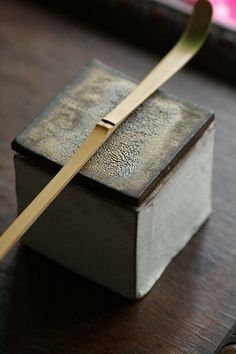 Japanese bamboo scoop for tea ceremony, Chashaku 茶杓 Cha no yu Cerimonia del tè giapponese Japanese Bamboo, Japanese Modern, Japanese Pottery, Japanese Geisha, Japanese Kimono, Japanese Tea Ceremony, Chawan, Tea Caddy, Tea Art